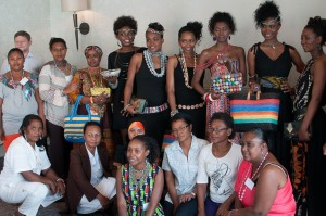Femmes artisans-recycleurs et les mannequins portant leurs créations (bijoux, sacs, ceintures etc.) © atelier phusis